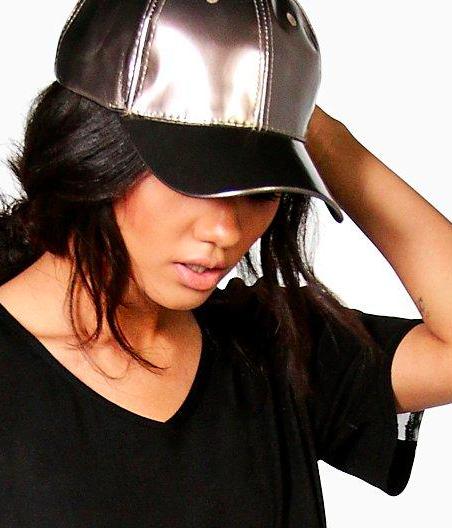 Une casquette métallisée - Boohoo - 12€.