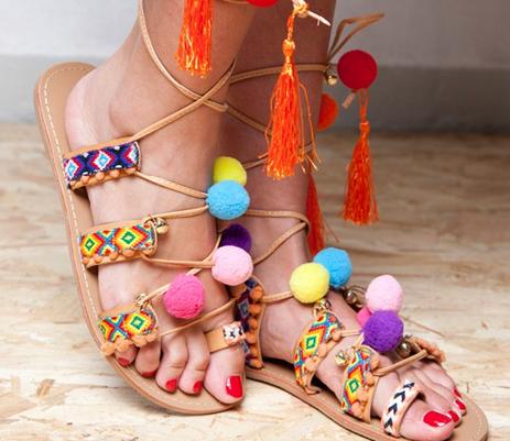 Une paire de sandales à pompons colorés - Clarosa -  24,99€.