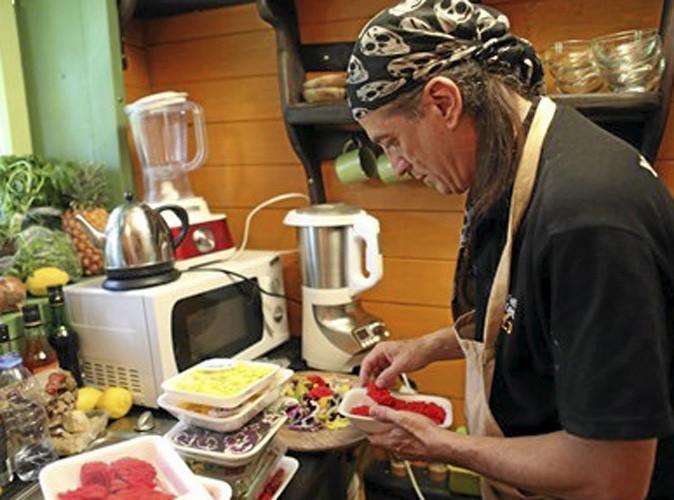 Concentré, Francis prépare une salade de fleurs, un plat à l'esthétique particulièrement soignée.