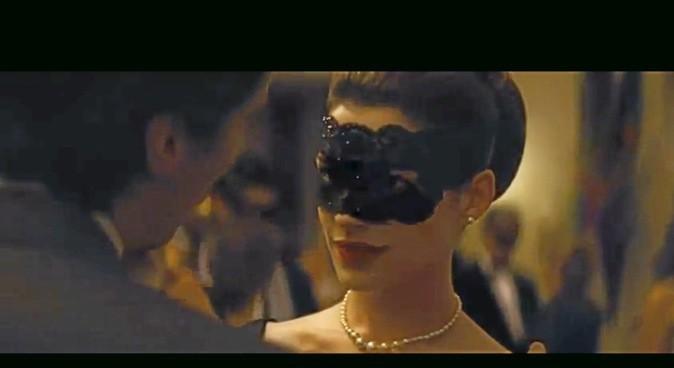 Anne Hathaway porte un masque de bal !