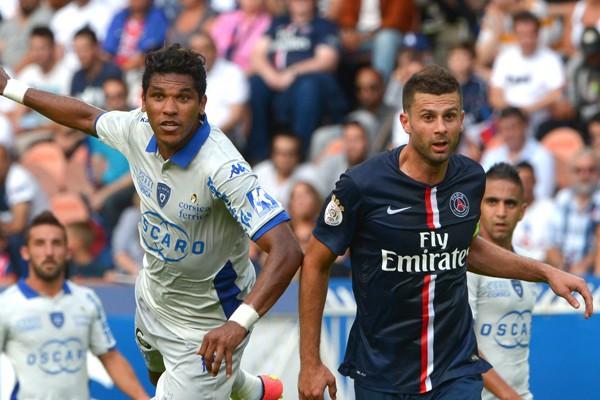 Brandao au duel avec Thiago Motta lors du match PSG - Bastia