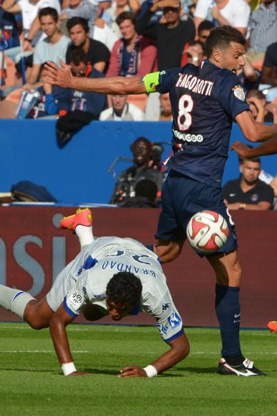 Brandao s'écroule après une charge de Thiago Motta lors du match PSG - Bastia