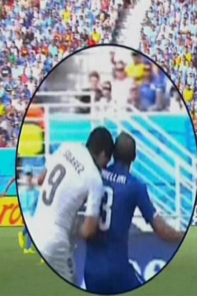 """Luis Suarez """"le Cannibale"""" en plein repas lors du match Uruguay - Italie (Coupe du monde 2014)"""