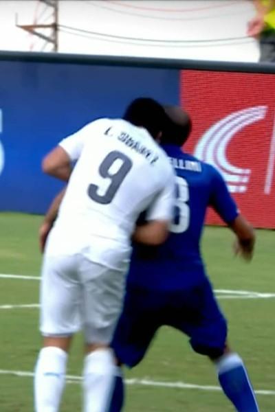 Luis Suarez mord Giorgio Chiellini lors du match Uruguay - Italie (Coupe du monde 2014)