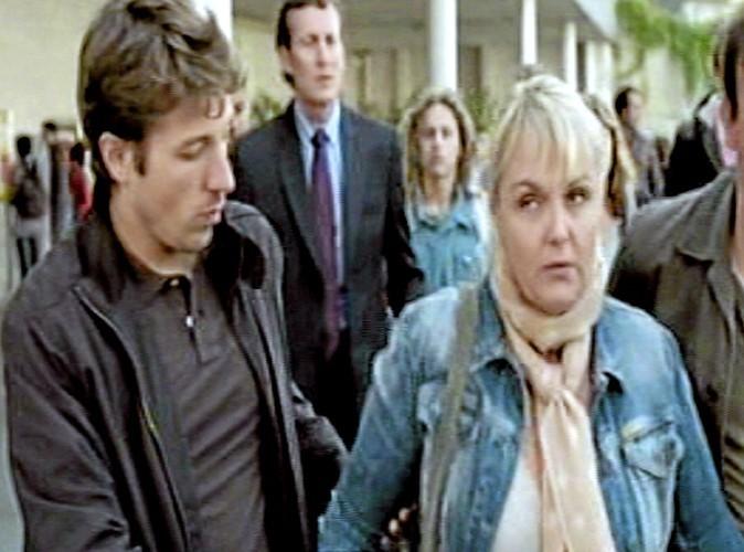 """-""""Ne serrez pas trop fort."""" -""""On n'est pas Scarface, non plus."""""""
