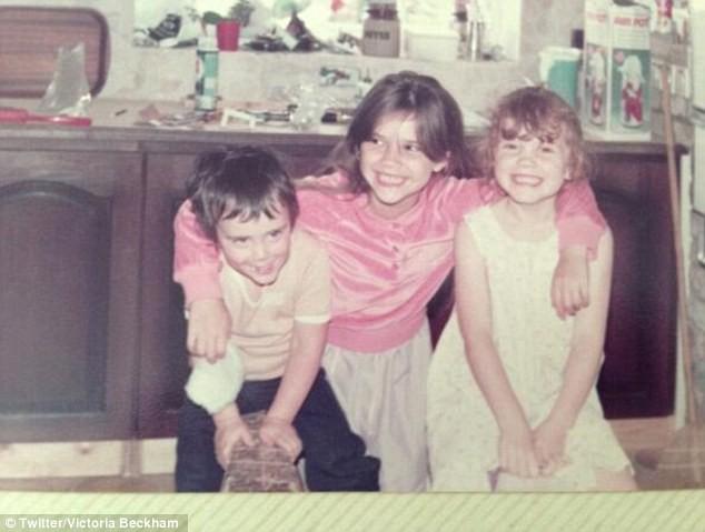 Victoria Beckham entourée de son frère et de sa soeur !
