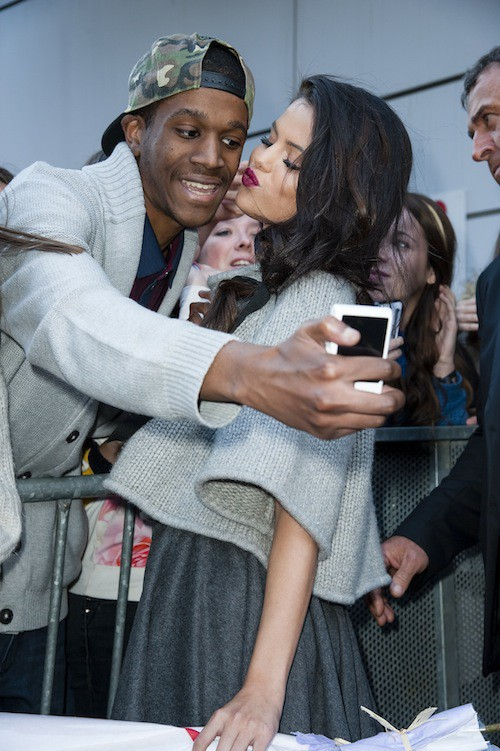 Vidéo : Selena Gomez : Parisienne chic et ange sexy dans Le Grand Journal !