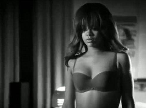 Rihanna : elle aurait eu recours à une doublure pour le spot sexy Armani Underwear ! (réactualisé)