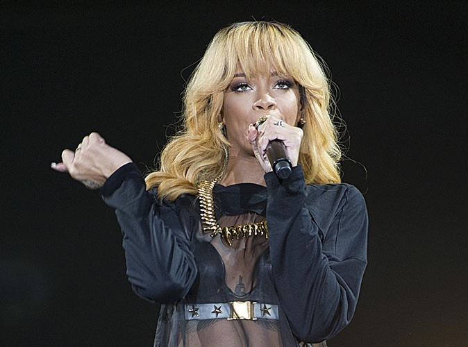 Rihanna : entre être à l'heure sur scène et faire la fête, elle n'arrive toujours pas à choisir !