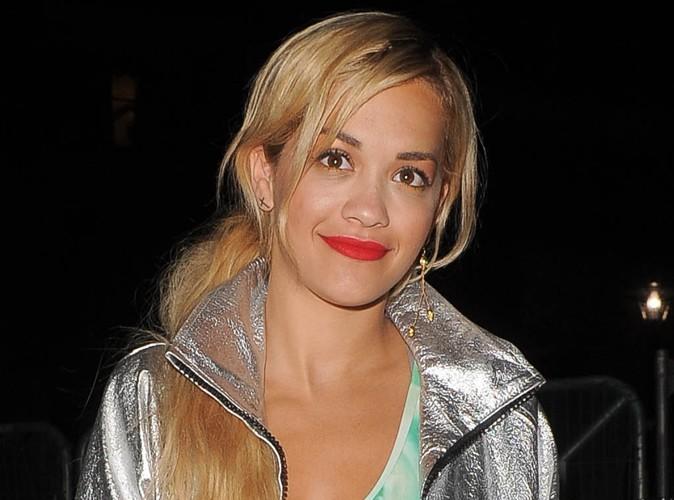 Rita Ora : elle donne ses chaussures pour la bonne cause !