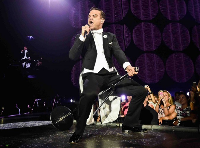 Robbie Williams : il pose nu sur la pochette de son nouvel album !
