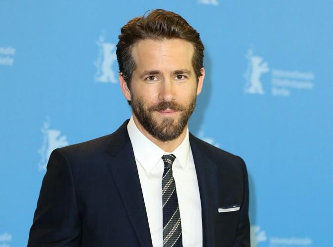 Ryan Reynolds nous invite à un moment très chaud avec son costume de super héros !