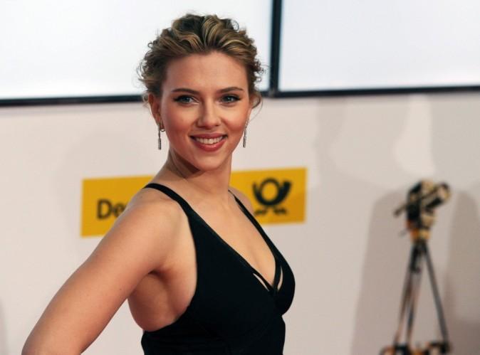 Scarlett Johansson : elle dégaine le bikini flashy pour roucouler avec son chéri !