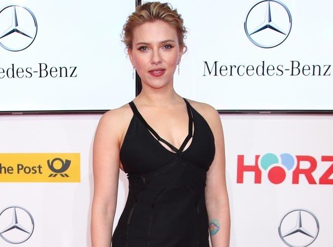 """Scarlett Johansson évoque son boyfriend, le """"remarquablement bon"""" Nate Taylor..."""