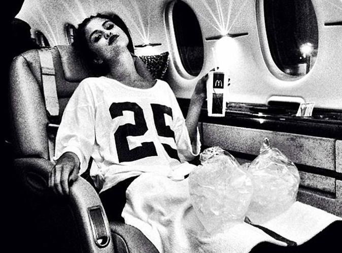 Selena Gomez : en pleine tournée, elle est déjà obligée de soigner ses jambes fragiles !