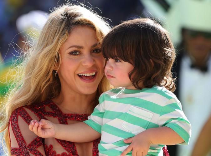 Shakira apprend d�j� la lecture � Milan... La vid�o trop craquante � voir absolument !