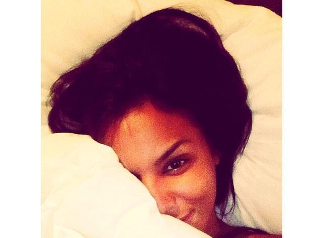 Shy'm : après le jacuzzi, elle vous invite dans son lit !