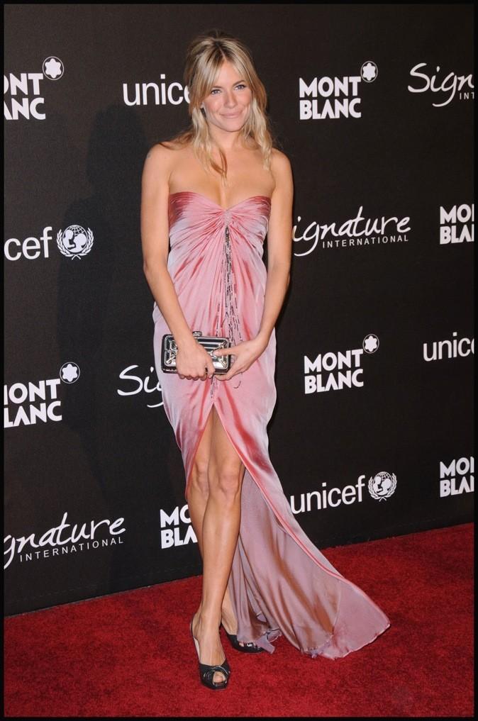 Longue robe rose poudrée, Sienna Miller est divine !