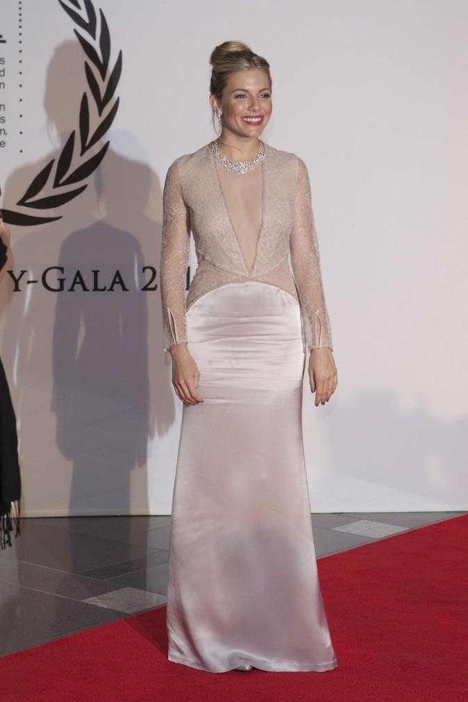 Sienna Miller donne tout sur le tapis rouge !