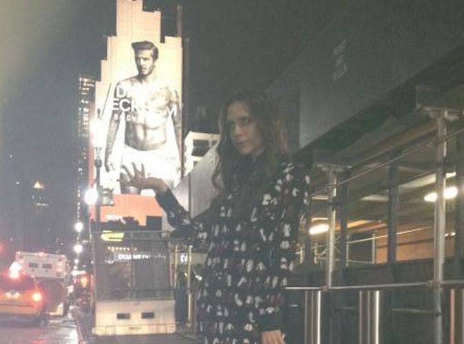 Victoria Beckham : trop fière de son mari, elle plaisante devant l'une de ses affiches !