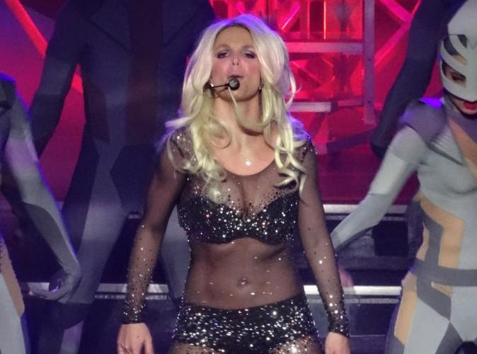 Vidéo : Britney Spears chute en plein concert et ne s'en remet pas !