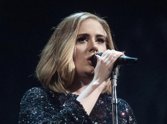 """Vidéo : Les chaudes larmes d'Adele pour sa """"cacahuète"""""""