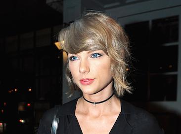 """Vidéo : Taylor Swift : elle dédie """"New romantics"""" à ses fans !"""