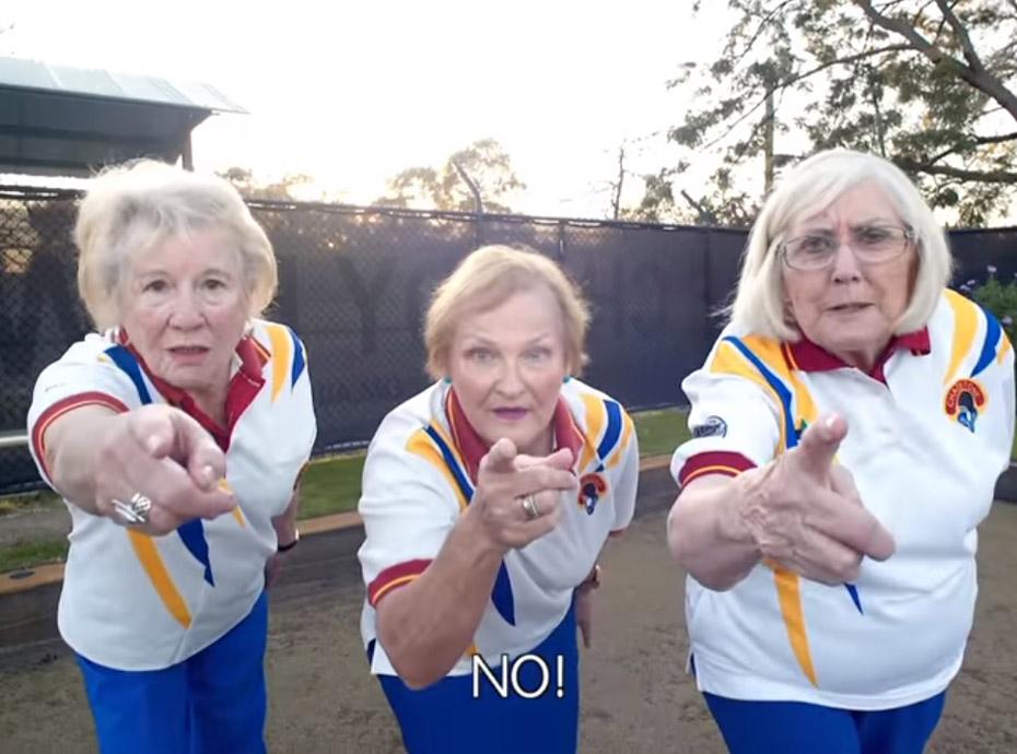Trois mamies parodient