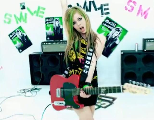 Vidéo : Avril Lavigne se met au vert pour son nouveau clip !