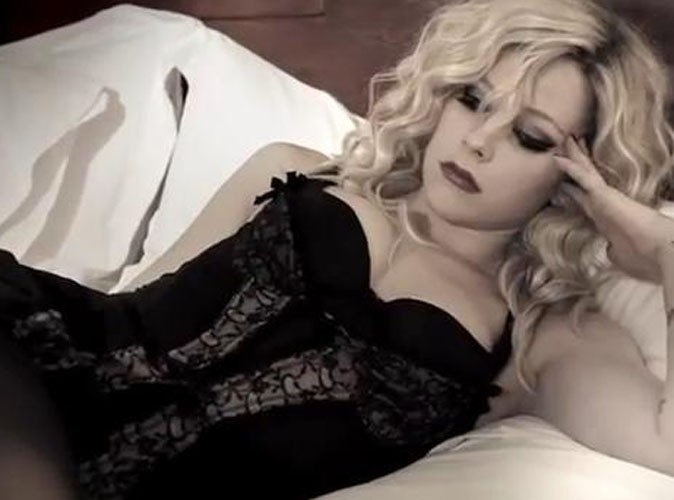 Vidéo : Avril Lavigne : un Goodbye pour le moins sexy à ses fans !