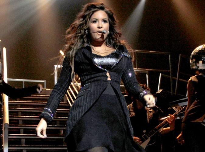 Vidéo : Demi Lovato: aïe, elle s'arrache ses extensions en plein concert !