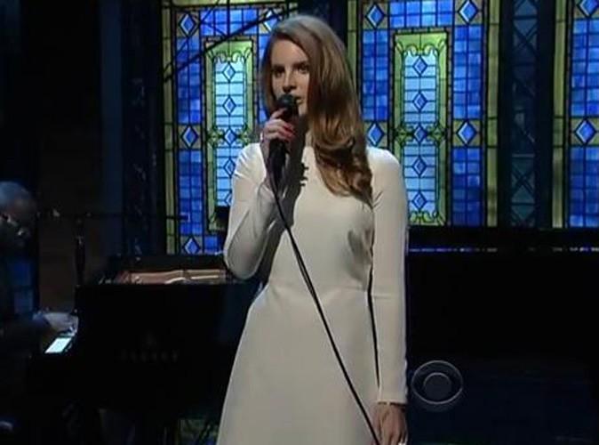 Vidéo : Lana Del Rey : joli look... Mais elle a oublié le détail qui tue !
