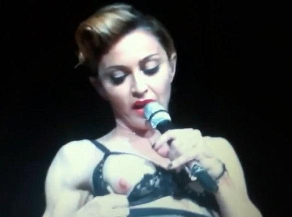 Vidéo : Madonna : 53 ans et toujours aussi provoc'... Elle dévoile son sein droit en plein concert à Istanbul !