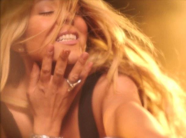 Vidéo : Mariah Carey : crinière au vent et grosse bécane dans le teaser de son prochain clip avec le talentueux Miguel !