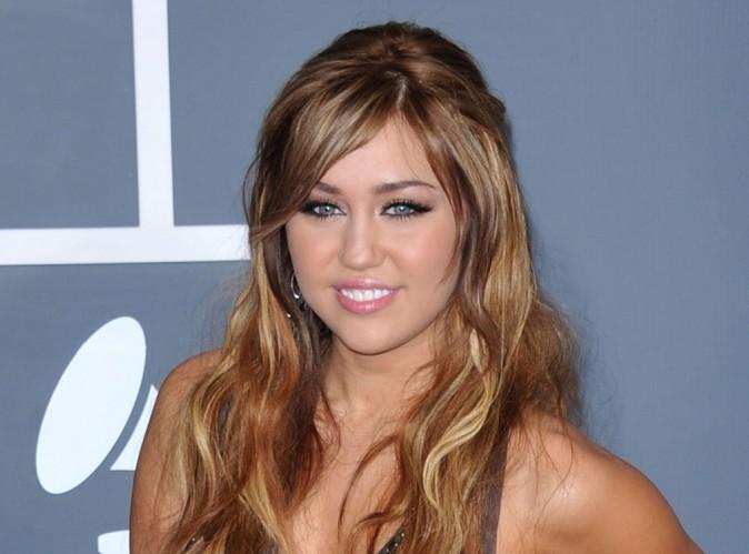 Vidéo: Miley Cyrus agresse un paparazzo