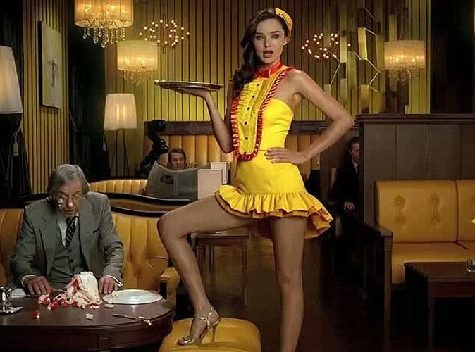 Vidéo : Miranda Kerr : elle fait de la concurrence à Angelina Jolie et dévoile ses gambettes pour une célèbre boisson rafraichissante !