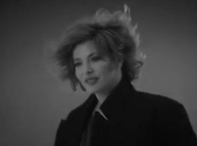 Vidéo : Mylène Farmer retrouve son côté obscur dans le clip de Bleu Noir !