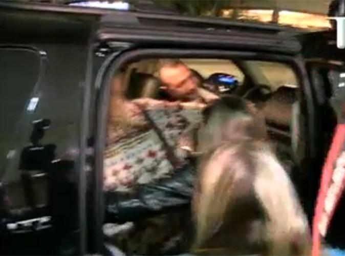 Vidéo : Selena Gomez : incroyable, elle laisse trois fans pénétrer dans sa voiture pour des autographes !