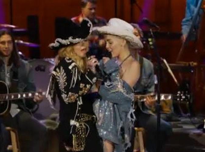Vidéos : Miley Cyrus : elle s'est généreusement frottée à Madonna pour leur duo inédit !