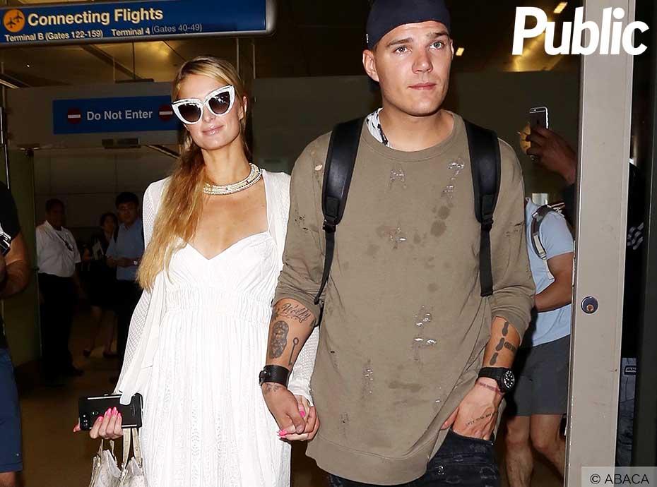 Paris Hilton débarque main dans la main avec son chéri à LAX !